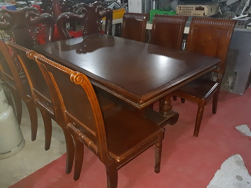 Cần chọn bàn ghế phù hợp với phong cách quán và vừa vặn với diện tích